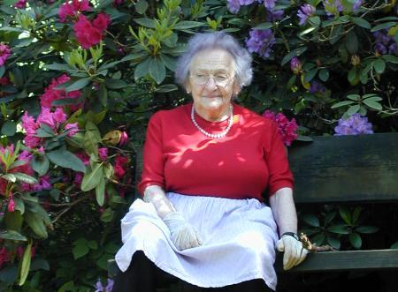 Großmutter im Garten